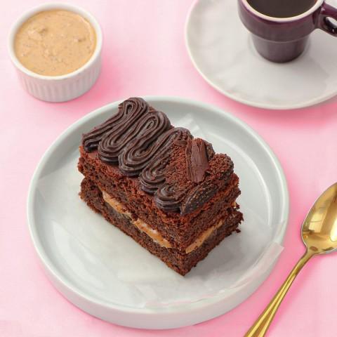 Duo De Brownie Recheado Com Brigadeiro de Cookies Cream com Cobertura de Brigadeiro Tradicional - Sem Açúcar Refinado Sem Lactose (Sem Lácteos) Sem Glúten Low Carb A Dora Adora - Aproximadamente 150g