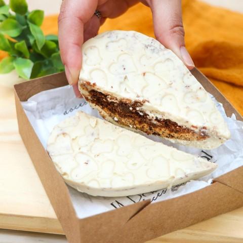 Coração de Chocolate Branco Recheado Com Bolo de Brownie e Cookies & Cream Sem Açúcar Sem Lactose (sem Lácteos) Sem Glúten Vegano Low Carb A Dora Adora - 180 Gramas