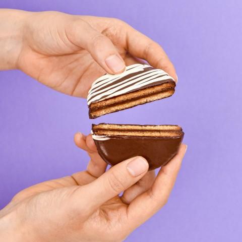 Alfajor-de-Doce-de-Leite-no-Chocolate-Preto