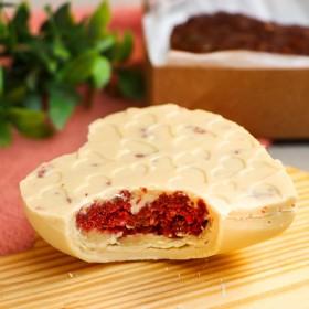 Coração de Chocolate Branco com Bolo Red Velvet e Leite Condensado - 180g A Dora Adora