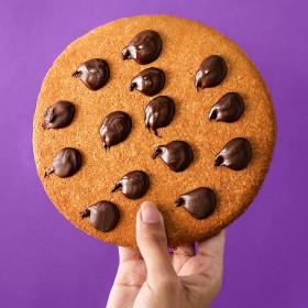 Cookies Gigante com Gotas de Chocolate - Sem Açúcar Sem Lactose (sem Lácteos) Sem Glúten Low Carb A Dora Adora - 150 Gramas